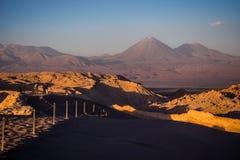 Zonsondergang in de de Maanvallei en Licancabur-vulkaan in San Pedro de Atacama stock afbeeldingen