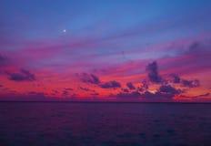 Zonsondergang in de Maldiven met een mening van de lagune Stock Afbeeldingen