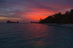 Zonsondergang in de Maldiven met een mening van de lagune en de bungalowwen Stock Foto's