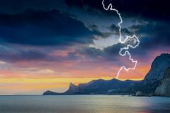 Zonsondergang in de overzeese baai Bliksem, donder, regen Royalty-vrije Stock Afbeeldingen
