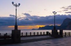 Zonsondergang in de overzeese baai Mening van de strandboulevard Royalty-vrije Stock Afbeeldingen