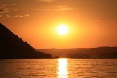 Zonsondergang in de rivier stock foto