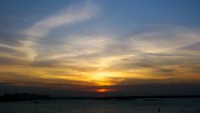Zonsondergang in de rivier met reflex Stock Afbeelding
