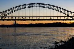 Zonsondergang in de Rivier van Sherman Minton Bridge - van Ohio, Louisville, Kentucky & Nieuw Albany, Indiana stock foto's
