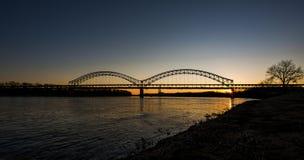 Zonsondergang in de Rivier van Sherman Minton Bridge - van Ohio, Louisville, Kentucky & Nieuw Albany, Indiana stock afbeelding