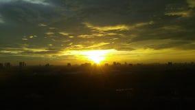 Zonsondergang in de stad stock afbeeldingen