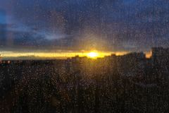 Zonsondergang in de stad na regen royalty-vrije stock foto