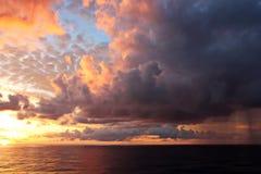 Zonsondergang in de Vreedzame Oceaan Verschillende soorten zonsondergang van de kant van het schip terwijl het drijven en het ver stock afbeelding