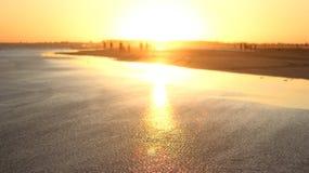 Zonsondergang in de wateren van het overzees wordt weerspiegeld die Royalty-vrije Stock Foto