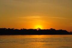 Zonsondergang in de wildernis van Puerto Maldonado royalty-vrije stock afbeeldingen