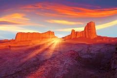 Zonsondergang in de woestijn van Iran Vreemd Planeetconcept Ultraviolet, blauwe, oranje, rode en gele artistiek beeld Stock Foto's