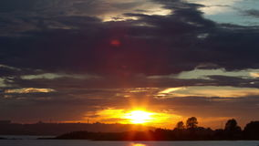 Zonsondergang in de wolken stock footage