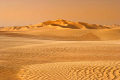 Zonsondergang in de zand-duin woestijn Stock Afbeeldingen