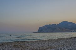 Zonsondergang dichtbij de berg royalty-vrije stock foto's