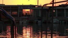 Zonsondergang dichtbij de ligplaats van de boot stock video