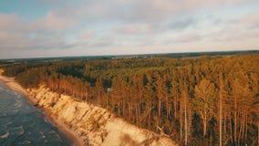 Zonsondergang dichtbij de Luchtmening Letland van Jurkalne van de kustlijn Oostzee stock videobeelden