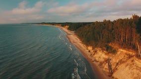 Zonsondergang dichtbij de Luchtmening Letland van Jurkalne van de kustlijn Oostzee stock footage