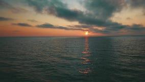 Zonsondergang dichtbij de Luchtmening Letland van Jurkalne van de kustlijn Oostzee stock video