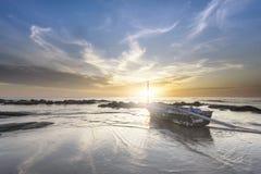 Zonsondergang dichtbij een dorp van vissers Royalty-vrije Stock Foto's
