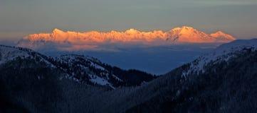 Zonsondergang die bergruggegraat raakt stock afbeeldingen