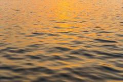Zonsondergang die de oppervlakte van zeewater overdenken royalty-vrije stock fotografie