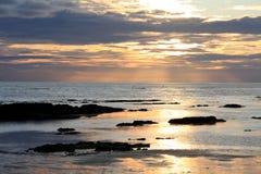 Zonsondergang die in het overzees wordt weerspiegeld Royalty-vrije Stock Afbeelding