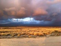 Zonsondergang die naar berg op Groot Eiland Hawaï kijken Stock Foto's