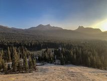 Zonsondergang die neer boven Tioga-Pas kijken stock foto