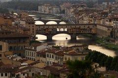 Zonsondergang die over Arno River in Italië nadenken stock fotografie