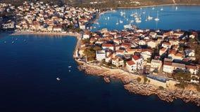 Zonsondergang die over toevlucht Adriatische stad Primosten vliegen, Kroatië stock video