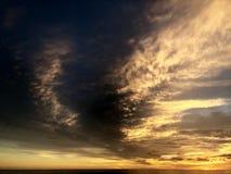 Zonsondergang die van het strand wordt gezien Het is zeer mooi Strand en zonsonderganghemel stock fotografie