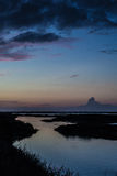 Zonsondergang die van het water wordt weerspiegeld Royalty-vrije Stock Foto