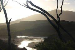 Zonsondergang die van het water wordt weerspiegeld Stock Foto