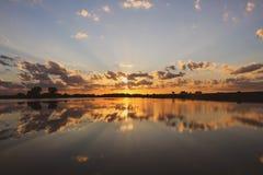 Zonsondergang die weg van Grundy-het Meer van de Provincie nadenken stock foto's
