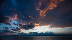 Zonsondergang in donkere wolken over Dode Overzees in de winter Stock Foto's