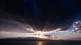 Zonsondergang in donkere wolken over Dode Overzees in de winter Stock Fotografie