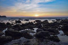 Zonsondergang door de kust Stock Afbeelding