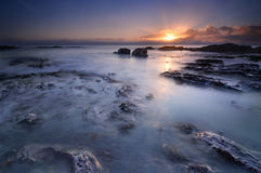 Zonsondergang door de oceaan Stock Foto
