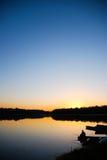 Zonsondergang door de rivier Stock Foto