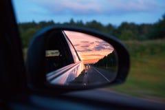 Zonsondergang door de spiegel van een auto Royalty-vrije Stock Foto