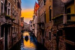 Zonsondergang door de straten van Venetië stock foto
