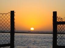 Zonsondergang door het hiaat Stock Foto's