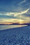 Zonsondergang door het overzees in Sardinige stock foto's