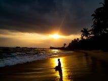 Zonsondergang door het strand royalty-vrije stock afbeelding