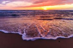Zonsondergang door het strand Stock Afbeelding