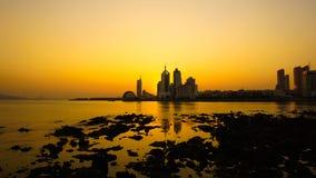 Zonsondergang door kust royalty-vrije stock afbeelding