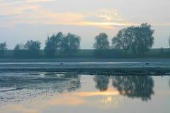 Zonsondergang door reservoir stock afbeeldingen