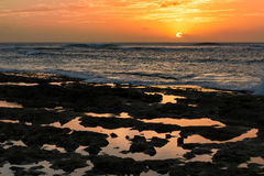 Zonsondergang door rotsachtige getijdenpools in Waianae, Hawaï Stock Fotografie