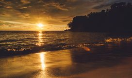 Zonsondergang dramatisch op een eiland stock fotografie