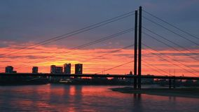 Zonsondergang in Dusseldorf, Duitsland stock video